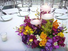 Arreglos de flores de color morado, verde, rosa y naranja para boda