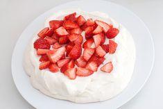 Herlig pavlova festkake - laget HELT uten melk, gluten og egg! En nydelig kake alle kan spise :)