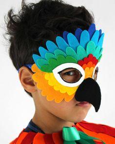 Haz brillante y tomar vuelo en esta máscara de loro arco iris Esta máscara de loro arco iris se hace a mano de mano corte premium lana fieltro plumas en vibrantes tonos de amarillo, naranja, mandarina, rojo, verde, turquesa y azul. Todos mis máscaras están diseñados para la
