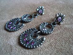Brinco em metal prata velho com aplicação de strass em tons de roxo e lilás. R$29,90