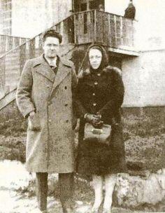 """Piraye ve Nâzım, Bursa Cezaevi'nin avlusunda (1941)    """" Kitap okurum:    içinde sen varsın,    şarkı dinlerim: içinde sen.    Oturdum ekmeğimi yerim:    karşımda sen oturursun,    çalışırım: karşımda sen.    Sen ki, her yerde """"hâzırı nâzır""""ımsın,    konuşamayız seninle,    duyamayız sesini birbirimizin:    sen benim sekiz yıldır dul karımsın… """"    - N.Hikmet -"""
