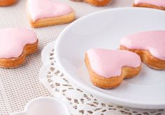 Slowly stir the rum and water into the sieved icing sugar for the punch icing … - DIY Christmas Cookies Christmas Baking, Christmas Cookies, Christmas Diy, Icing Recipe, Winter Food, Four, Punch, Food And Drink, Sweets