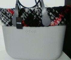 Borsa O BAG a spalla grigia con bordo in tessuto maxi check