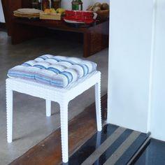 Misture móveis rattan Plasútil com almofadas de tecido e deixe sua decoração mais delicada! Escolha as cores e estampas de acordo com a decoração do ambiente: liso em diversas cores, florido tipo havaiano e até listrado, estilo marinheiro!