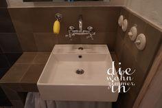#aufsatzwaschbecken mit Hahnloch. Tja, hier hilft nur eine Abdeckung. #armatur von #thpg #seifenhalter nach französischem Vorbild von #manufactum #zitronenseife #porzellan #lichtschalter auch von THPG #zementfliesen von #via Sink, Bath, Home Decor, Light Switches, Taps, First Aid Only, Homes, Homemade Home Decor, Vessel Sink