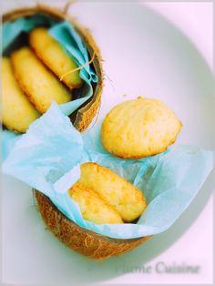 """Biscuits au coco pourles petits gourmands... En ce moment, peut-être parce qu'il fait froid et que j'ai besoin de soleil, je suis dans ma période """"noix de coco"""". Voici alors ce que je partage avec vous aujourd'hui, des petits biscuits au coco tout simple et délicieux, à déguster au goûter. Je les prépare exactement"""
