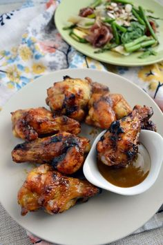Las alitas se cocinan a la parrilla o asador y se cubren con una salsa de mostaza casera de 3 ingredientes. ¡Muy fáciles y además quedan deliciosas!