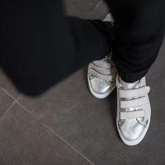 Baskets gris clair à scratch