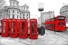 LONDRA - 17 marzo: Double-decker bus, cabine telefoniche rosse e il logo della metropolitana.