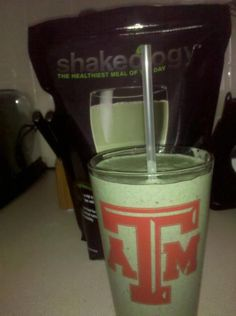 This superfood-packed protein shake helps you lose weight the healthy way, fight junk food cravings, increase your energy, and improve your digestion. Greenberry Shakeology, Beachbody Shakeology, Healthy Smoothies, Healthy Drinks, Healthy Recipes, Beachbody 21 Day Fix, Healthy Munchies, 21 Day Fix Meal Plan, Recipe 21