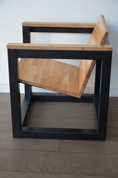 Fauteuil design cube en bois et métal par Hewel mobilier. Réalisé à partir d'acier et de chêne recyclé, ce fauteuil design est conçu sur le principe d'upcycling et 100% made in France !