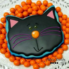 Great idea to airbrush the cookie before adding the flood icing! Cat Cookies, Biscuit Cookies, Sugar Cookies, Halloween Biscuits, Halloween Cookies, Halloween Cat, Cookie Decorating Icing, Flood Icing, Bakery Business