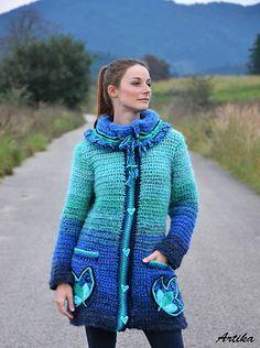 Mäkkučký hrubý háčkovaný kabátik s textilnými vyšívanými aplikáciami - z kolekcie Butterfly effect, v modro-tyrkysových tónoch. Veľmi príjemný a hrejivý materiál, ktorý nehryzie. S veľkým efektným...