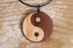 Yin Yang et bois naturel. Bijoux en bois faits à la main et les pièces maîtresses. Remorque de spiritualité et ésotérisme