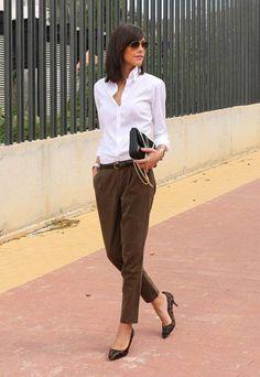 3f3535e71c Business Look braune Hose weißes Hemd und modischer Clutsch Business Casual  Frauen Winter, Business Mode