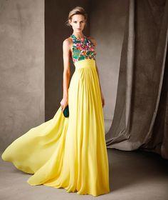 Cisca: Vestido largo de estilo evasé hecho en gasa y guipur multicolor. Precio desde 560 euros