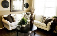 круглый журнальный столик, диван белый