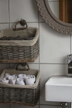 Hanging Baskets for Storage - The Little White House: Gestän .- Hanging Baskets for Storage – Das kleine weisse Haus: Geständnisse, Einblicke u… Hanging Baskets for Storage – The Little White House: Confessions, Insights and Living Ideas - Diy Bathroom Decor, Bathroom Storage, Small Bathroom, Diy Home Decor, Bathroom Ideas, Diy Storage, Storage Baskets, Towel Storage, Small Storage