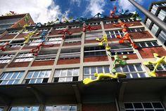 Colorful men on the building #flossis #dusseldorf #kunst #düsseldorf #sculpture #art #kunstwerk #men #statues #germany #medienhafen #mediaharbour #rosalie #rosalieflossis