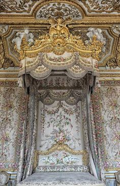 Complete queen's bed at Versailles ©2013 Blossomgraphicdesign.com