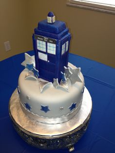 Who Tardis cake. The Tardis is where the Dr. travels through time and space! Very fun show. My daughter is a huge fan! Cupcakes, Cupcake Cakes, Dr Who Cake, Doctor Who Cakes, Tardis Cake, Doctor Who Birthday, Pinterest Cake, Birthday Cake Toppers, Cake Birthday