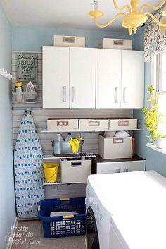Ideal, funcional y súper organizado, así es este pequeño cuarto de lavado y plancha donde cada cosa esta en su lugar. Una foto muy inspiradora de donde tomar ideas para distribuir vuestro lavadero:
