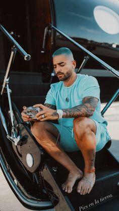 Platinum Blonde Hair Men, Maluma Style, Beard And Mustache Styles, Mixed Guys, Dope Outfits For Guys, Ariana Grande Cute, Latin Men, Island Outfit, Fantasias Halloween