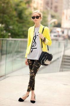 黄色ジャケット×シンプルT×パンツ