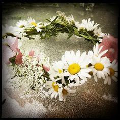 Hippie Lace: How To Make A Flower Wreath/How To Make A Hippie Headband http://hippielace.blogspot.com/2011/07/how-to-make-flower-wreathhow-to-make.html