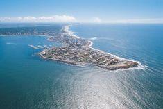 Punta del Este, situado en Uruguay (Sur América).   La ciudad de Punta del Este, es un atractivo turístico para muchos europeos y famosos. Cuenta con una variedad de hoteles, clubes deportivos, restaurantes y discotecas. Excelente para deportes náuticos. Es elegante y glamorosa.  Su temporada de verano es de diciembre a marzo.