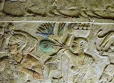 Tumba de Petosiris de Tuna-el-Guebel. Los relieves siguen encontrándose en las tumbas. En las paredes de la tumba de Petosiris, sacredote de Thot, se esculpen numerosos textos alusivos a él y su familia, y muestran escenas de la vida cotidiana y portadores de ofrendas. Aunque la temática es egipcia, las imágenes son más griegas y dejan de seguir el el canon: pliegues de los atuendos, combinación de los colores y jeroglíficos casi indescifrables.