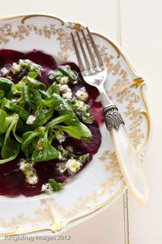Delicious and quick carpaccio with thin slices of beetroot and the salty note of the feta. Appetizer Recipes, Salad Recipes, Appetizers, Healthy Recipes, Vegetarian Starters, Going Vegetarian, Vegetarian Lifestyle, Fresco, Beetroot Carpaccio