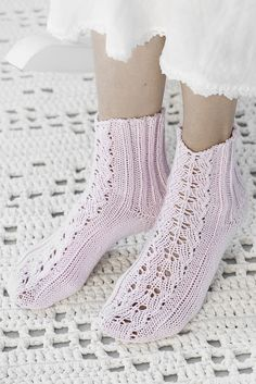 Flätmönstrade sockor i Novita Jussi Summer Knitting, Lace Knitting, Knitting Socks, Lace Socks, Wool Socks, Crochet Slippers, Knit Crochet, Bed Socks, Little Cotton Rabbits