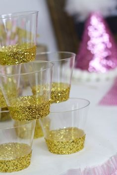 Beautiful 9oz gold glitter hard plastic disposable cups. These are a perfect addition to parties, weddings and birthdays. Intended for one time