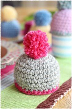 Süße Eierwärmer häkeln mit flauschiger Bommel #diy #Ostern