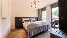 Deze zeer luxe villa voor 6 personen is van alle gemakken voorzien! De villa beschikt over een royale woonkamer en een comfortabele living met zithoek, tv en sfeervolle open haard. Er is een open keuken met een luxe kookeiland en een eethoek. De villa heeft drie slaapkamers, met elk een eigen badkamer met douche en dubbele wastafel. Eén van de badkamers is voorzien van een ligbad. Buiten kun je heerlijk genieten van de zon op het tuinterras met buitenhaard. Luxe Villa, Resorts, Bed, Furniture, Home Decor, Decoration Home, Stream Bed, Room Decor, Vacation Resorts
