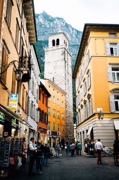 The bells begin to chime. They ring through the back alleys, signaling one thing... Lunch! #contrastme #exploreitaly