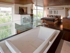Romantisches Design mit einer Badewanne im Schlafzimmer   Bathroom ...