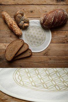 Brot bleibt am besten frisch, wenn es mit einem Leinentuch im Brotkasten liegt. Denn das Naturmaterial gleicht die Feuchtigkeit aus. Dank dieses Einlegetuchs bleibt die Brotdose immer schon sauber, denn es fängt auch Brotbrösel auf. Die goldene Blume des Lebens ist ein Symbol für Energie. Bread, Food, Bread Bin, Flower Of Life, Pickling, Eten, Bakeries, Meals, Breads