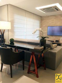 Integração de sala de estar com área de estudo, destaque para a mesa com cavaletes em bronze que roubou toda a cena e o revestimento de tijolinhos ❤️