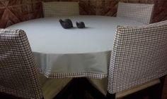 Receba seus convidados com elegância!!  Decore sua mesa para um delicioso café da manhã, da tarde, almoço ou jantar...  Podendo ser utilizada em sua casa, apartamento, casa de praia, sítio e etc...  A toalha de mesa e as capas para as costas das cadeiras são dupla face! Podendo ser utilizadas nos...
