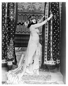 "The 47 most scandalous dresses of all time: Actress Theda Bara starring in the move Cleopatra in what was called, ""an objectionable costume. George Mackay, Belly Dancing Classes, Elizabeth Hurley, Oscar Dresses, Silent Film, Lady Diana, The Vamps, Cleopatra, Old Hollywood"