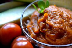 Gör enkel tomatröra av mestadels squash. Ett utmärkt sätt för att använda skörden av de stora frukterna och samtidigt snåla på tomaterna.