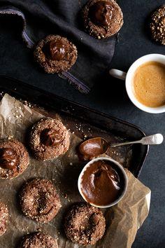 Bonne chance pour ne pas manger le caramel à la cuillère, vous verrez c'est très difficile de résister! Vegan Dessert Recipes, Cookie Recipes, Honey Chocolate, Donuts, Banoffee Pie, Peanut Butter Brownies, Paleo Treats, Biscuit Cookies, Sweet Desserts