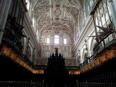La Mezquita Catedral de Córdoba es una mezcla de estilos arquitectónicos, que se sucedieron a lo largo de los nueve siglos que duraron las construcciones y reformas. #historia #turismo http://www.rutasconhistoria.es/loc/mezquita-catedral-de-cordoba