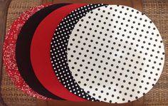 Sousplat, ou suporte de prato, feito em mdf, com 34cm de diâmetro e capa em tecido removível, nas mais variadas estampas e cores. <br>Ideal para quem gosta de receber amigos e familiares de forma sofisticada. <br>A capa podes ser vendida separadamente, desde que o sousplat a ser usados seja liso e com 33 a 34cm de diâmetro. Sewing Hacks, Tablescapes, Marie, Patches, Table Settings, Christmas Tree, Concept, Quilts, Table Decorations