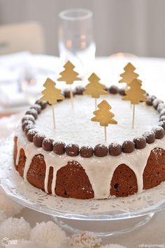 Gâteau blanc 150 de beurre fondu + un peu pour le moule 120 g de sucre 3 oeufs 2 sachet de sucre vanillé 1 cuillère à café de 4 épices 1 cuillère à café de cannelle en poudre 100 g de nutella (ou autre pâte à tartiner à base de noisettes) 100 g de crème fraîche 250 g de farine 1 sache de levure 50 g d'amandes en poudre 50 g de raisins secs 200 g de sucre glace, 1 bland d'oeuf, 1 cuillère à soupe d'eau de fleur d'oranger, 1 cuillère à soupe de citron pressé