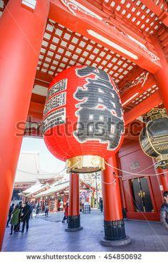 ASAKUSA , TOKYO , JAPAN - MARCH 13 : Red giant japanese lantern at  Asakusa…