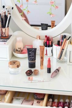 A Quick Morning Beauty Routine hacks for teens girl should know acne eyeliner for hair makeup skincare Skin Care Regimen, Skin Care Tips, Beauty Secrets, Diy Beauty, Beauty Products, Beauty Tricks, Beauty Style, Rangement Makeup, Morning Beauty Routine