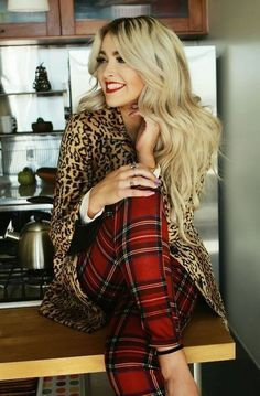 Plaid and Leopard for the perfect holiday outfit!this outfit actually works. and is easy on the eyes. Se did a very nice job with her choices. Looks Style, Looks Cool, Style Me, Classic Style, Look Fashion, Fashion Beauty, Womens Fashion, Fashion Trends, Fall Fashion